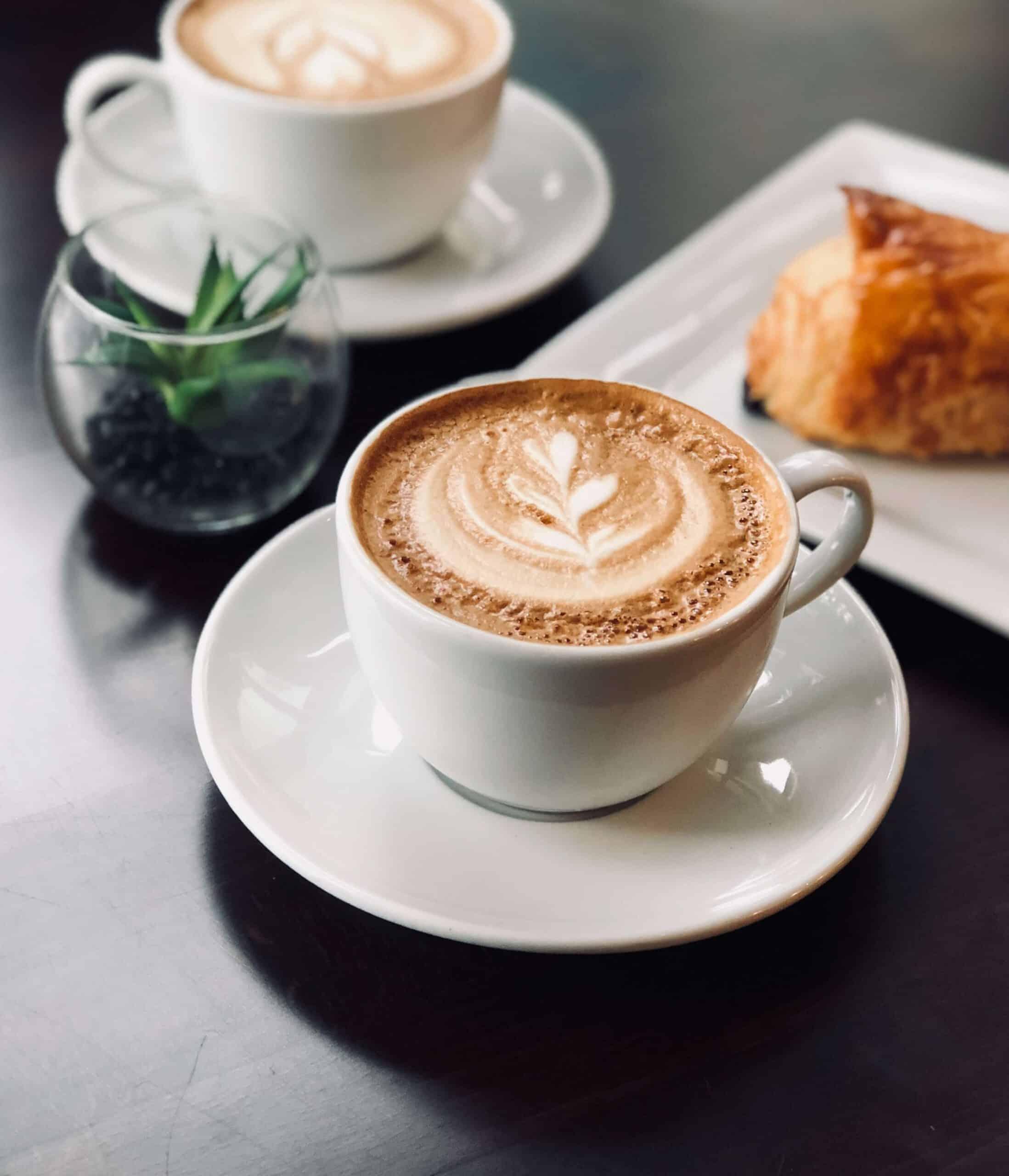 menukaart, heerlijke kop koffie en cappuccino met warme croissant